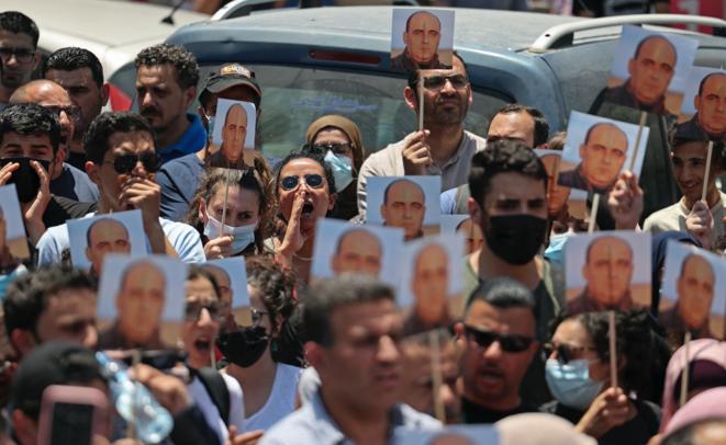 Manifestantes piden la dimisión del presidente palestino Mahmud Abbas en Ramala el 24 de junio de 2021, tras la muerte del activista palestino de derechos humanos Nizar Banat, que murió poco después de ser detenido por la seguridad de la Autoridad Palestina. © ABBAS MOMANI/AFP