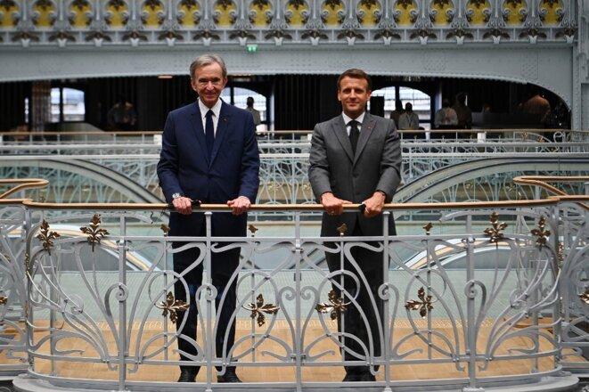 Bernard Arnault et Emmanuel Macron lors de la réouverture de la Samaritaine le 21 juin 2021. © Christophe Archambault/AFP