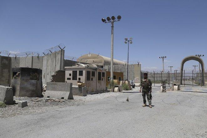 Un soldado del ejército afgano frente a la base de Bagram tras la salida de las tropas estadounidenses el 2 de julio. © Zakeria Hashimi/AFP
