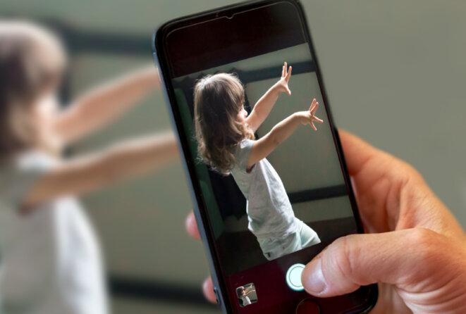 Gros plan d'un téléphone avec l'application Cognoa en cours d'utilisation, prenant apparemment une vidéo ou une photo d'un enfant présentant des comportements de stimulation ou des mouvements répétitifs. © Avec l'aimable autorisation de Cognoa