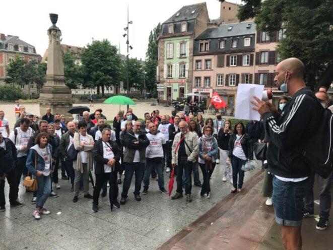 Devant le tribunal, après l'audience, un responsable syndical rappelle les demandes formulées auprès de la direction. © JFG / Rue89 Strasbourg / cc