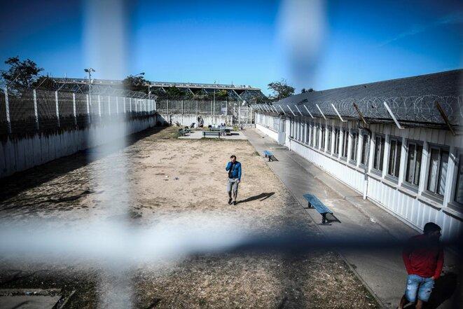 La cour du centre de rétention administrative de Vincennes, en 2019. © Photo Stéphane De Sakutin/AFP