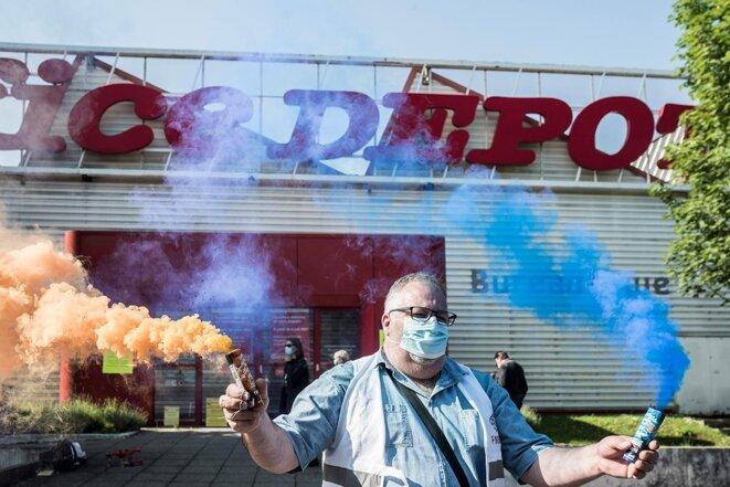 Action de salariés d'Office Depot devant le magasin d'Aubervilliers après l'annonce de la reprise par Alkor, le 7 juin 2021. © Albert Facelly / Divergence-images