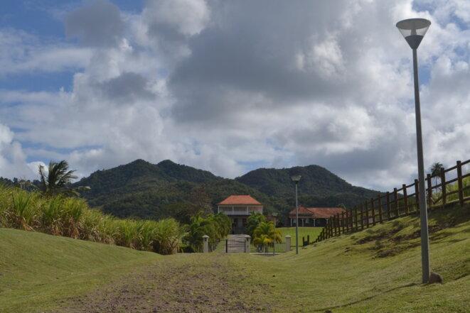 """Les anciennes plantations, appelées """"habitations"""", comme ici dans le sud de la Martinique, font actuellement l'objet de réhabilitations, au grand dam des militants anticolonialistes qui voudraient en faire des lieux de mémoire. © JS"""