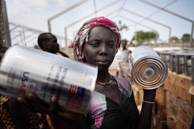 Une déplacée de l'ethnie Murle recevant de l'aide du programme alimentaire mondial des Nations unies dans un camp du Soudan du Sud le 10 juin 2021. © Simon Wohlfahrt/AFP