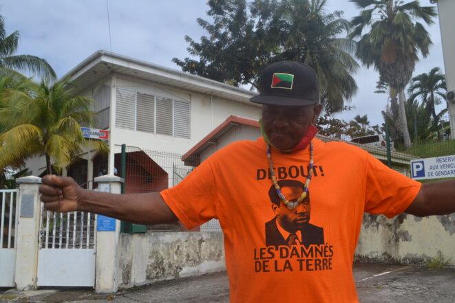 Les militants Rouge-Vert-Noir (des couleurs du drapeau martiniquais), ici Toumai, militant anti-chlordécone de Fort-de-France, sont d'ardents défenseurs de la cause anti-colonialiste. © JS