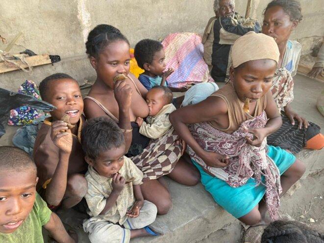 Des réfugiés climatiques mangent des chutes de cuir le 23 juin 2021, à Ambovombe, dans le sud de Madagascar. © Gaëlle Borgia