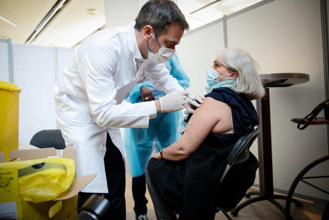 Olivier Véran vaccine une patiente à Montrouge en mai 2021 © Thomas Padilla / POOL / AFP