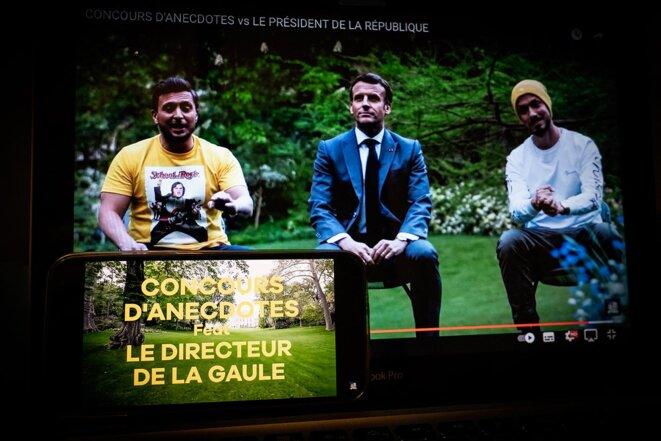 Emmanuel Macron avec les youtubeurs McFly and Carlito dans la vidéo tournée à L'Elysée et mise en ligne le 23 mai 2021. © Photo Amaury Cornu / Hans Lucas via AFP