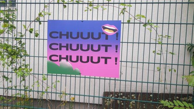 Un des panneaux pour inviter les festivaliers à faire moins de bruit © Alexandre Deloménie