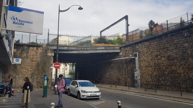 CPAM de la rue de Lagny, enjambée par la rampe d'accès à Wonderland (dont on peut voir l'entrée en haut à droite) © Alexandre Deloménie