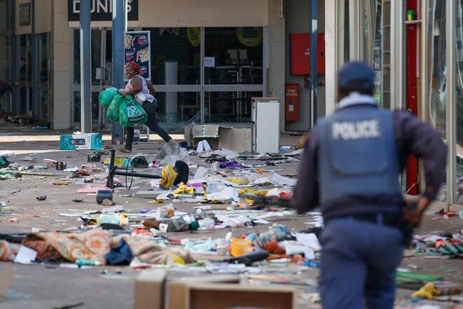 Scènes de pillages et violence à l'intérieur du centre commercial Lotsoho près de Johannesburg, le 12 juillet 2021. © Photo Phill Magakoe / AFP