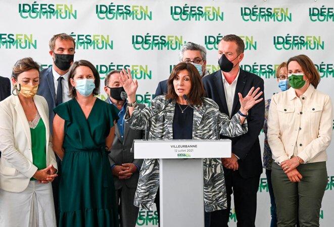 Anne Hidalgo, entourée de membres du Parti socialiste, lors d'une conférence de presse de la journée « Idées en commun », à Villeurbanne, le 12 juillet 2021. © Photo Philippe Desmazes / AFP