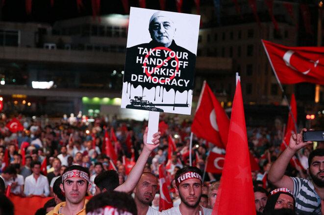 Slogans hostiles au mouvement Gülen dans une manifestation pro gouvernementale, à Istanbul, le 20 juillet 2016 © Photo Berk Ozkan / Anadolu Agency via AFP