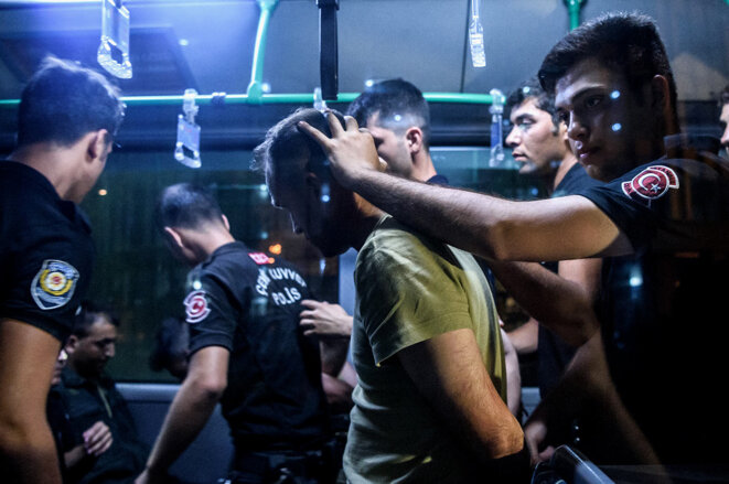 Arrestation par la police d'un soldat qui aurait participé au coup d'État militaire à Istanbul, le 16 juillet 2016. © Photo Ozan Kose / AFP