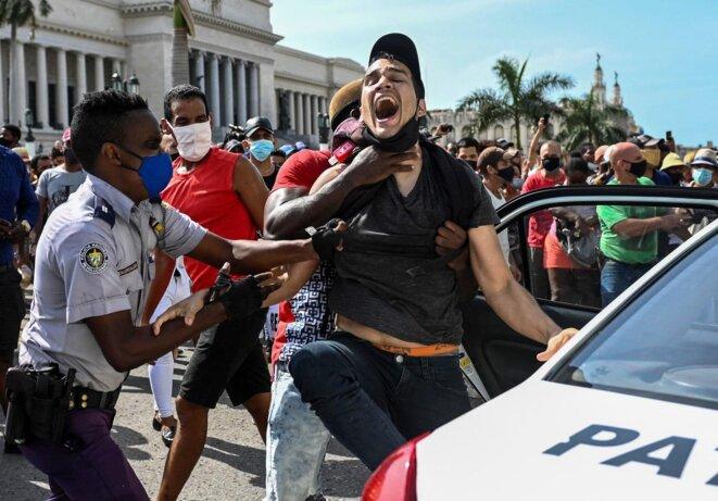 Un homme est arrêté lors d'une manifestation contre le gouvernement du président cubain Miguel Diaz-Canel à La Havane, le 11 juillet 2021. YAMIL LAGE/AFP/Getty