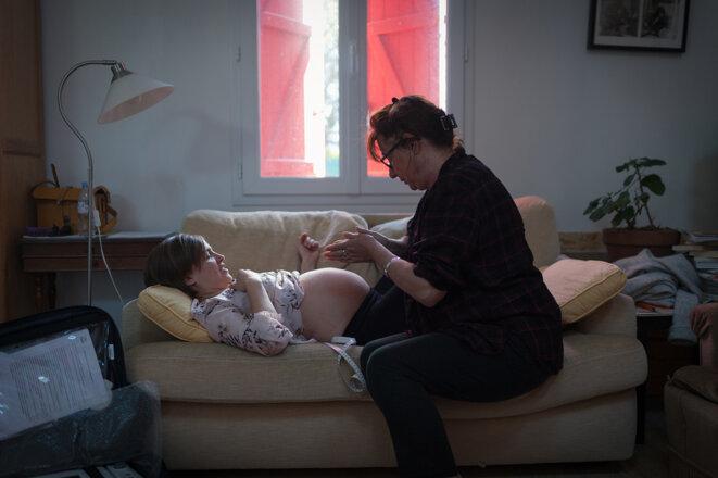 Isabelle, sage-femme, accompagne Ninon dans son projet d'accouchement à domicile, en 2019. © Photo Marion Parent / Divergence-images