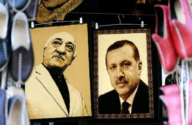 Des portraits de Fethullah Gülen et Recep Tayyip Erdogan dans une boutique de Gaziantep en 2014. © Photo Ozan Kose / AFP