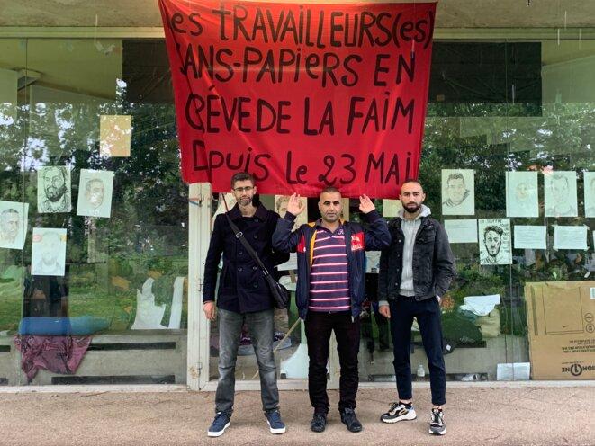 Mourad, Mohamed Alex et Omar devant l'Université libre de Bruxelles occupée par les sans-papiers en grève de la faim. © NB