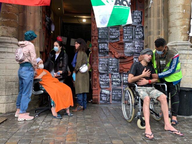 Au Béguinage, une femme et un homme sont transportés aux urgences, trop affaiblis par la grève. © NB