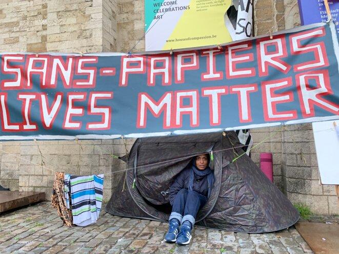 Nily, citoyenne belge, entame une grève de la faim et de la soif pour soutenir les sans-papiers. © NB