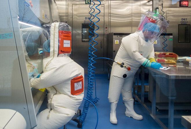 Wuhan, le 23 février 2017. Des chercheurs dans le laboratoire P4 à Wuhan.  Ce laboratoire a été construit en coopération avec la société bio-industrielle française Institut Mérieux et l'Académie chinoise des sciences. © Photo Johannes Eisele / AFP