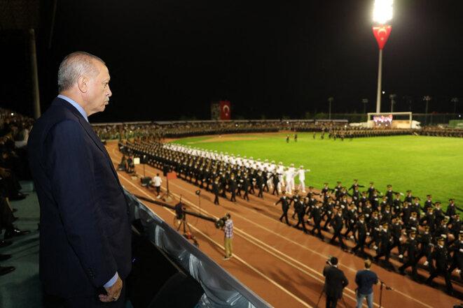 Recep Tayyip Erdogan assiste à la cérémonie de remise des diplômes des officiers et sous-officiers de l'Académie de gendarmerie et des garde-côtes à Ankara, en Turquie, le 23 août 2019. © Photo Cem Oksuz / Anadolu Agency via AFP