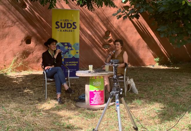 Souad Massi en discussion avec Sabrina Kassa, à la Villa J, pendant le festival Les Suds, à Arles, le jeudi 15 juillet 2021. © Cécile Dony