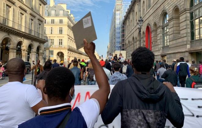 Les migrants et le Baam ont dansé jusqu'à l'hôtel de ville, le 16 juillet. © NB