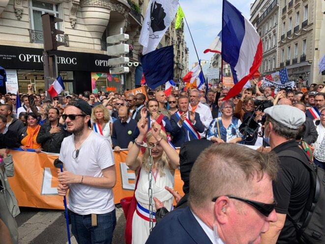 Martine Wonner (ex-LREM), Fabrice Di Vizio (avocat en santé publique), Florian Philippot (Les Patriotes) et Nicolas Dupont-Aignan (Debout la France), à l'avant du cortège de la manifestation anti-passe sanitaire du 17 juillet. © RLS