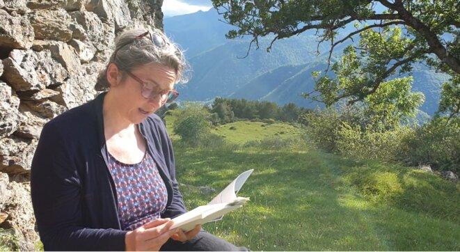 L'artiste Aïcha Ayoub dans les Pyrénées © Mustapha Kharmoudi