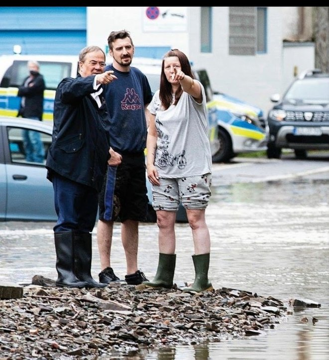 Armin Laschet (à gauche) avec les sinistrés