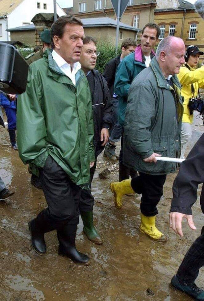Crue de l'Elbe 2002, le chancelier Gerhard Schröder en bottes et ciré