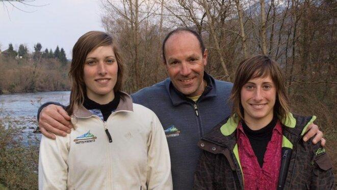 Laura et Estelle Mangin entourées de Richard Hernanz, responsable de la base de loisirs   photo J.G © J.G.