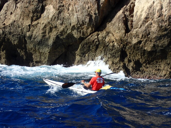 Nico en kayak de mer - sortie club © AB