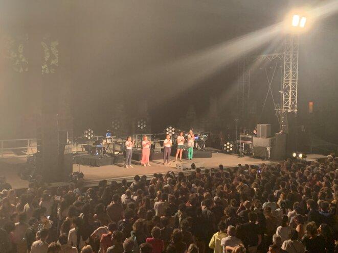 Quelques représentantes de l'ONG SOS Méditerranée, le 17 juillet, au théâtre antique d'Arles, au début du concert de Gaël Faye. © Cécile Dony