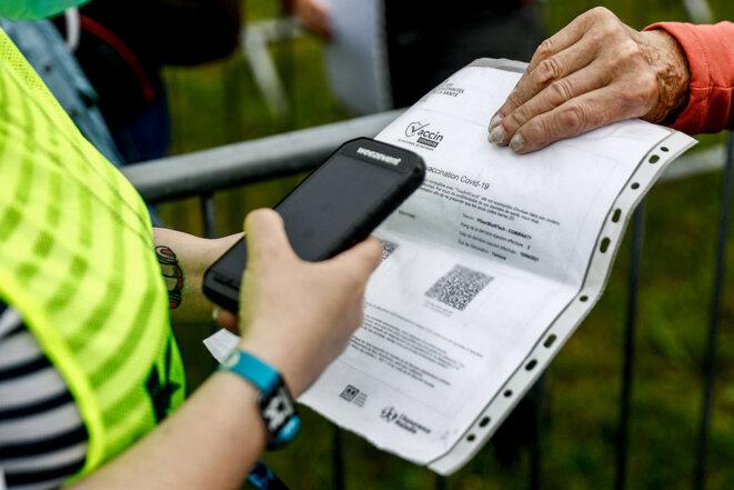 Contrôle des certificats de vaccination au festival des Vieilles Charrues, le 8 juillet 2021. © Photo Sameer Al-Doumy / AFP