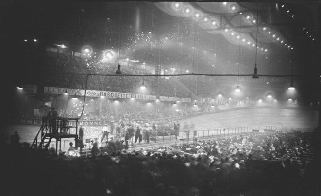 """Vue intérieure du Vélodrome d'Hiver (départ de la compétition cycliste """"Les Six jours de Paris"""", 08/04/1928) © Gallica"""