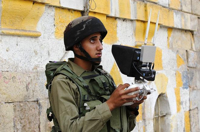 Un soldado israelí utiliza un dron para vigilar a los manifestantes palestinos en Hebrón, Cisjordania, en septiembre de 2015. © Foto Hazem Bader/AFP