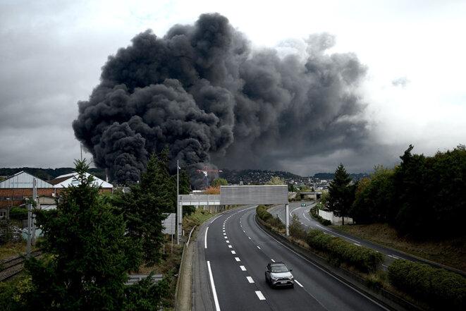 Le panache de fumée s'échappant de l'usine Lubrizol près de Rouen, à la suite de l'incendie qui s'est déclaré le 26 septembre 2019. © Photo Philippe Lopez / AFP