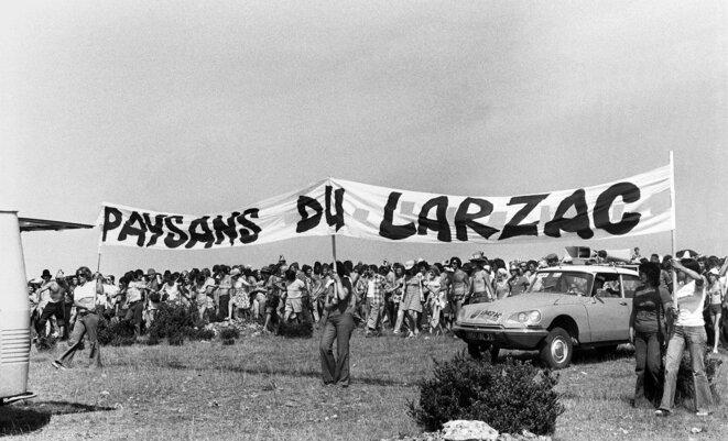 L'une des nombreuses manifestations sur le plateau du Larzac, le 18 août 1974. © Archives AFP