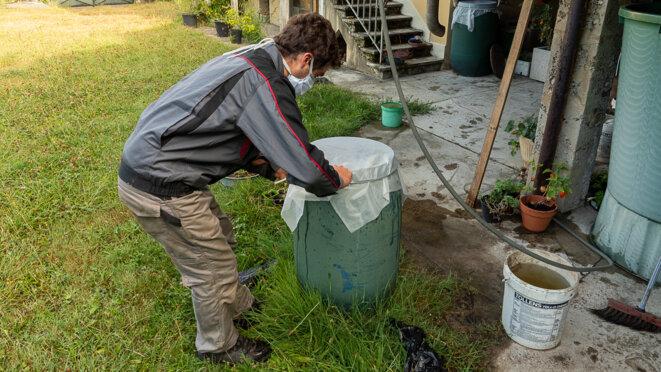 couverture d'un bac d'eau à St Simond par un agent de l'EID RA © plbillot