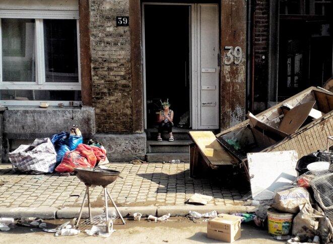 Une enfant devant le seuil de sa maison rue des Raines, Verviers, Belgique, 20 juillet 2021. © MC / Mediapart