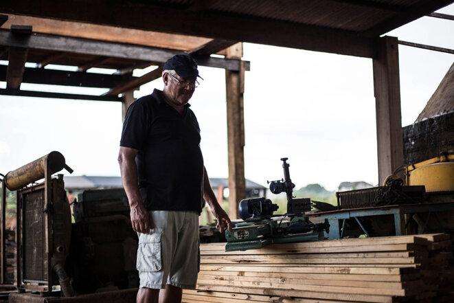 Airton, qui travaille dans le bois depuis 1981, fait un constat difficile pour lui. Toutes ses coûteuses machines sont à l'arrêt. © Photo Jean-Mathieu Albertini pour Mediapart
