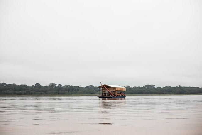 Une embarcation d'orpailleur sur le fleuve. © Photo Jean-Mathieu Albertini pour Mediapart