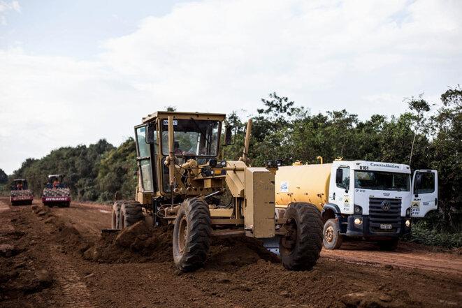Les travaux d'entretient en cours sur la BR-319. © Photo Jean-Mathieu Albertini pour Mediapart