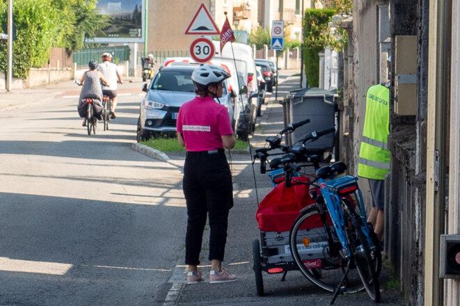 Les agents de la ville distribuent les pièges à moustiques © plbillot