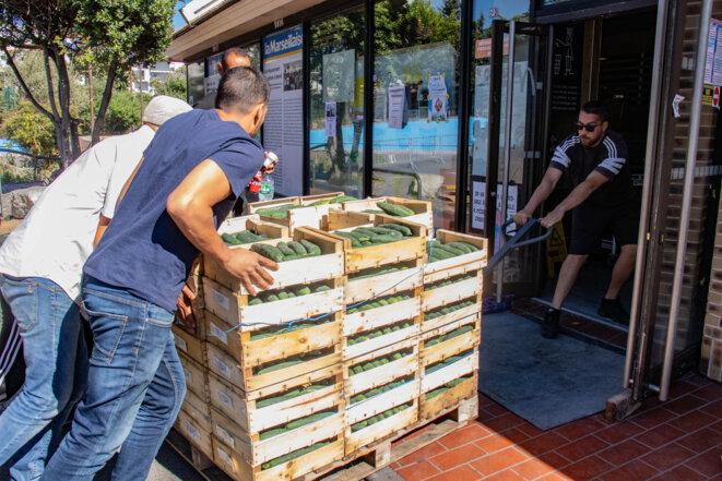 Des concombres arrivent à l'Apres M, livrés par une association partenaire. © Jus
