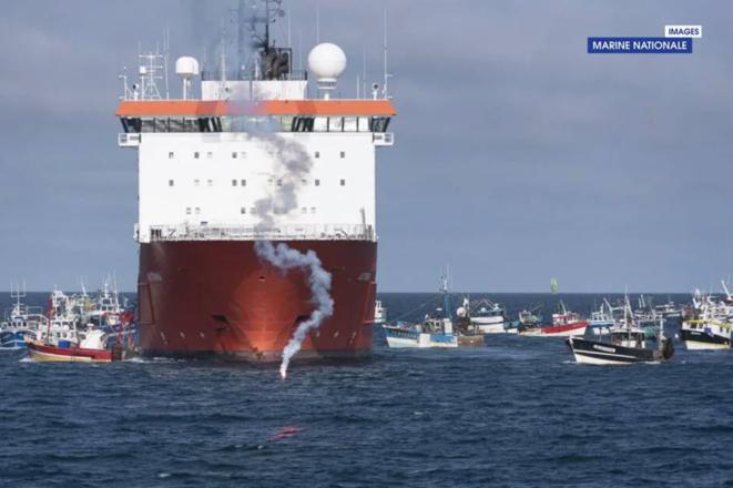 L'« Aethra » encerclé par les pêcheurs. © Préfecture maritime de l'Atlantique