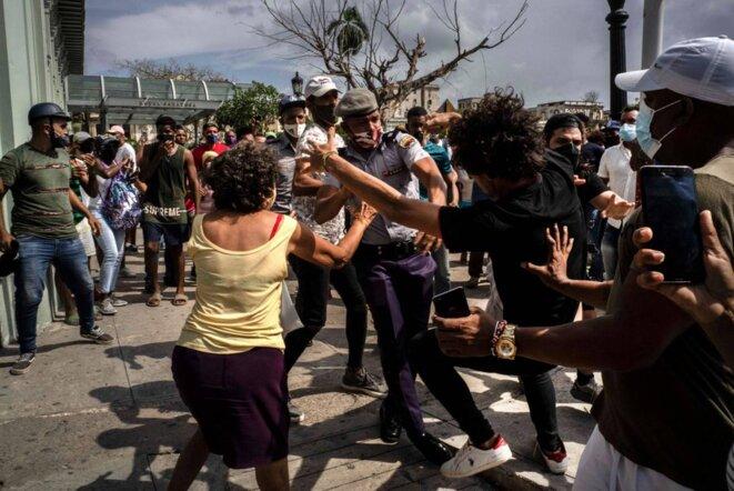 La répression a fini avec le pacifisme des manifestants. © Ramon Espinosa AP